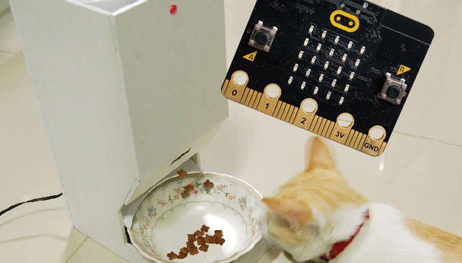 ใช้ micro:bit กับเครื่องให้อาหารแมวอัตโนมัติ (Update-210220)